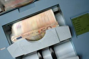Bezrobotni szturmem podbijają banki w Pabianicach